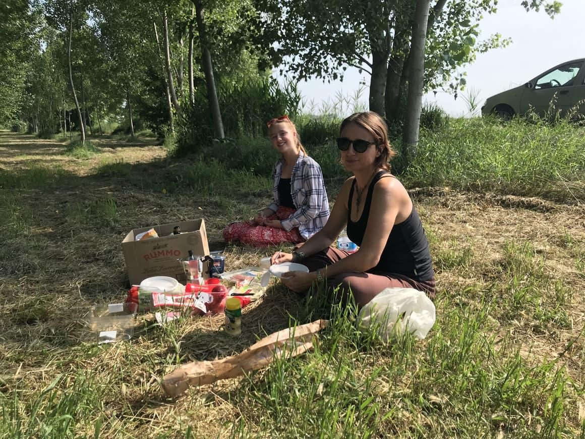 Family having a picnic in Italy. Italy travel tips