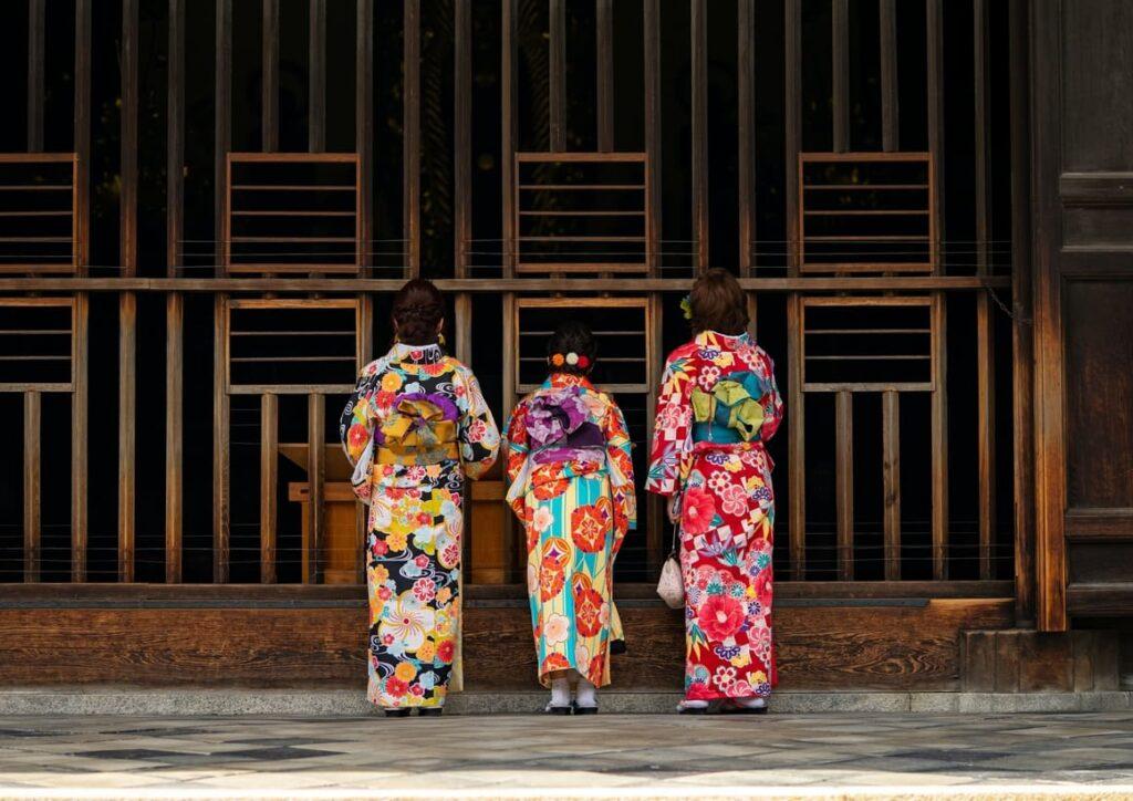 Three Japanese ladies talkling