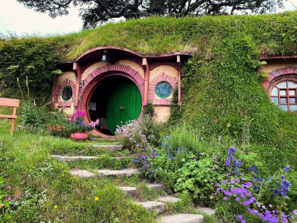 New Zealand hobbit house. Want to move to New Zealand? read this post first.